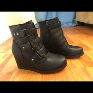 NWT Khombu Black Wedge Boot with strap details S 8
